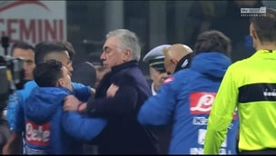 I giocatori del Napoli contro Mazzoleni a fine partita: Ancelotti li ferma