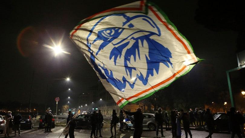 Scontri alla festa della Lazio: sassi e bottiglie contro la polizia