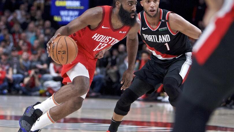 NBA, James Harden inarrestabile: altra tripla doppia. Golden State spazza via Chicago