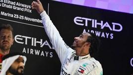 F1 Mercedes, Hamilton si tiene in forma con il surf