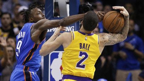 NBA, notte da brividi. I Lakers passano a OKC, Wizards e Raptors sulla sirena