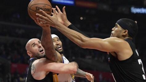 NBA, Gallinari schiena ko. Belinelli regala a Popovich un altro record