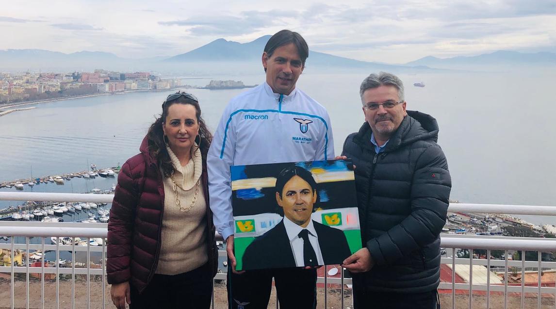 <br /> La fondazione Polito ricevuta domenica da Simone Inzaghi a Napoli nel ritiro della Lazio: è stato donato all'allenatore biancoceleste un ritratto realizzato dall'artista Alfonso Mangone