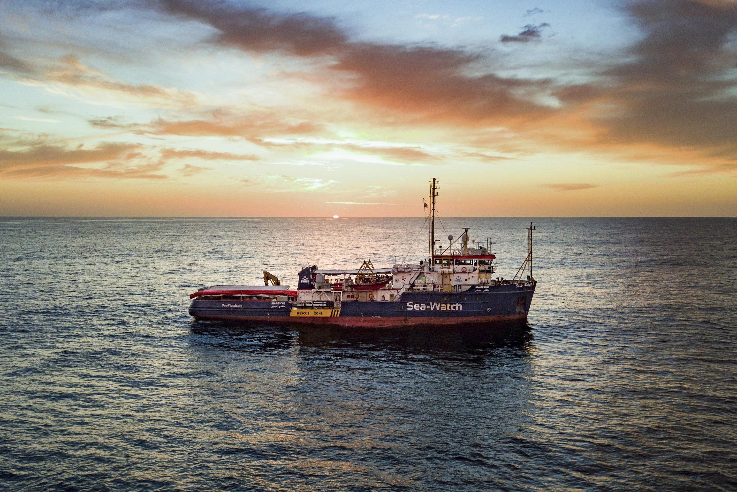 Sea Watch in acque italiane per maltempo