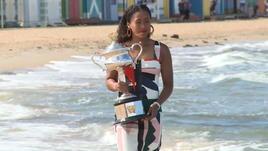 La Osaka porta il trofeo in spiaggia...