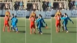 Gol annullato, il portiere reagisce: calcio all'arbitro