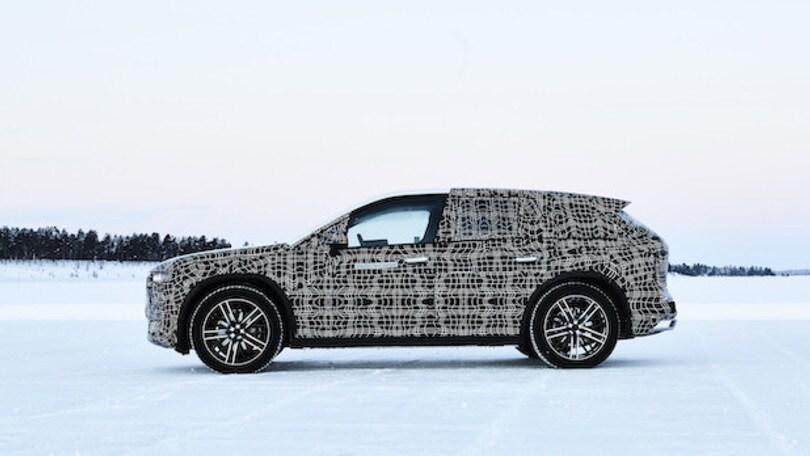 BMW iNext, prime foto del muletto in strada