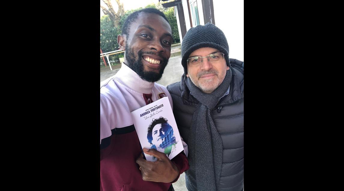 Il calciatore ivoriano della Salernitana testimonial della cerimonia dell'intitolazione della strada dedicata ad Andrea Fortunato: per lui in dono la biografia di Andrea Fortunato