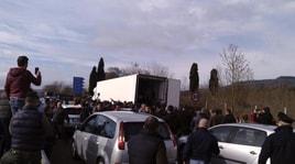 Cagliari, i pastori bloccano le strade: protesta per il latte