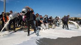 Pastori protestano per il latte, bloccata la squadra del Cagliari