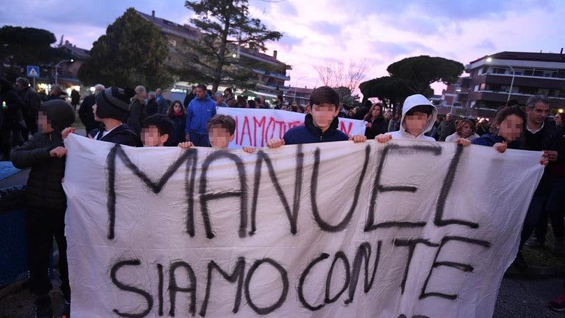 Bortuzzo, fiaccolata a Roma per il nuotatore. La solidarietà degli allenatori di Serie A