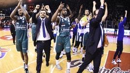 Basket Serie A, gli anticipi della 19ª giornata: Cantù vince a Reggio Emilia, Cremona batte Bologna