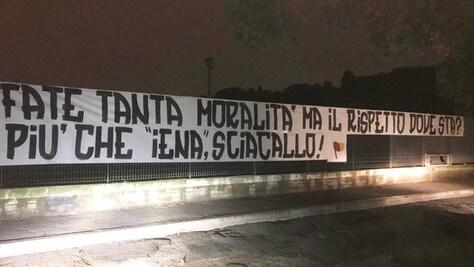 Roma, i tifosi difendono Zaniolo: striscione contro Le Iene