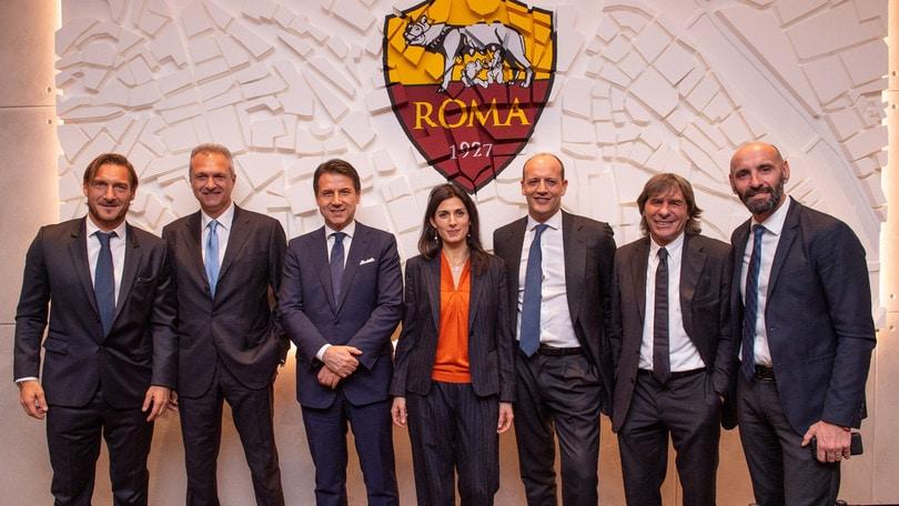 Roma, nuova sede all'Eur: presenti la Raggi e Conte. «Vogliamo lo stadio» FOTO