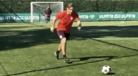 Roma, Totti show a calcetto: cucchiaio su punizione