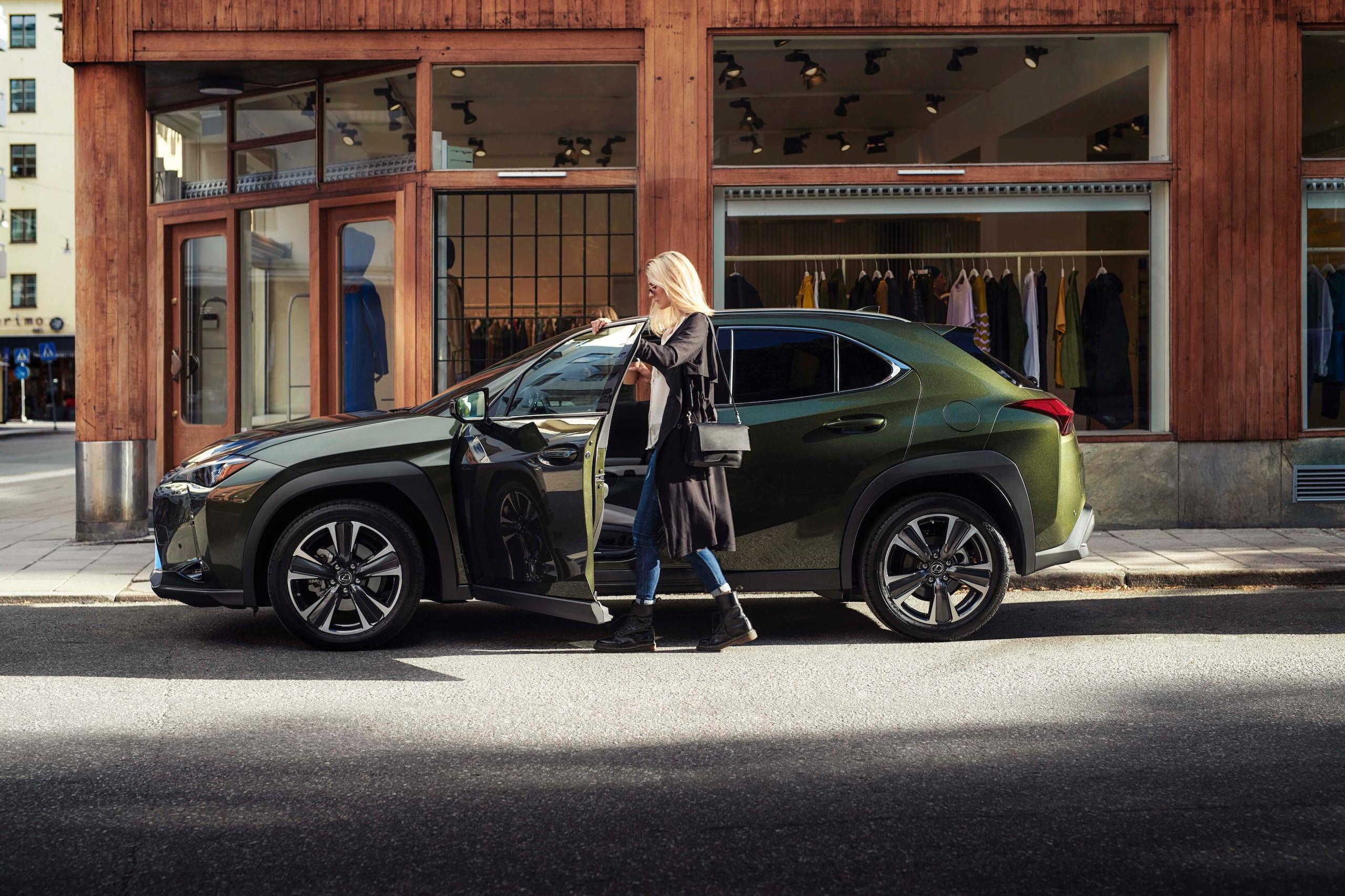 Lexus UX Hybrid, a Milano esordio da superstar