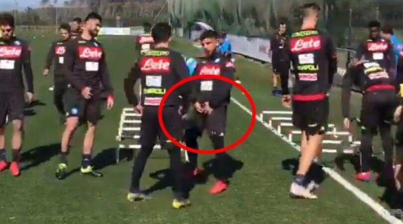 Insigne aspetta la Juve e fa il gesto di Simeone in allenamento