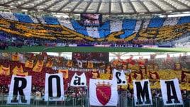Derby di Roma, spettacolo in curva tra sfottò e coreografie