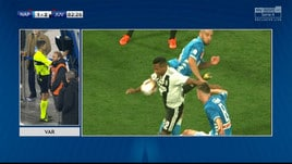 Fallo di mano di Alex Sandro: rigore per il Napoli