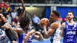 Basket, Serie A: Cantù vince ancora, Brindisi ko