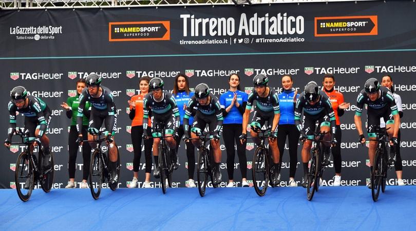 Tirreno-Adriatico, incidente tra un pedone e Majka-Gatto