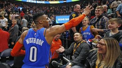 NBA, Golden State batte Houston. Westbrook spazza via Brooklyn