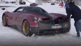 Pagani Huayra impantanata nella neve - IL VIDEO