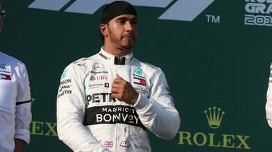 F1 Mercedes, Hamilton si lancia col paracadute