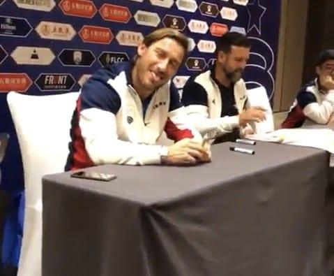 Totti show in Cina: selfie e autografi con i tifosi