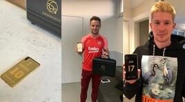 Messi copre d'oro il cellulare: la nuova moda del calcio