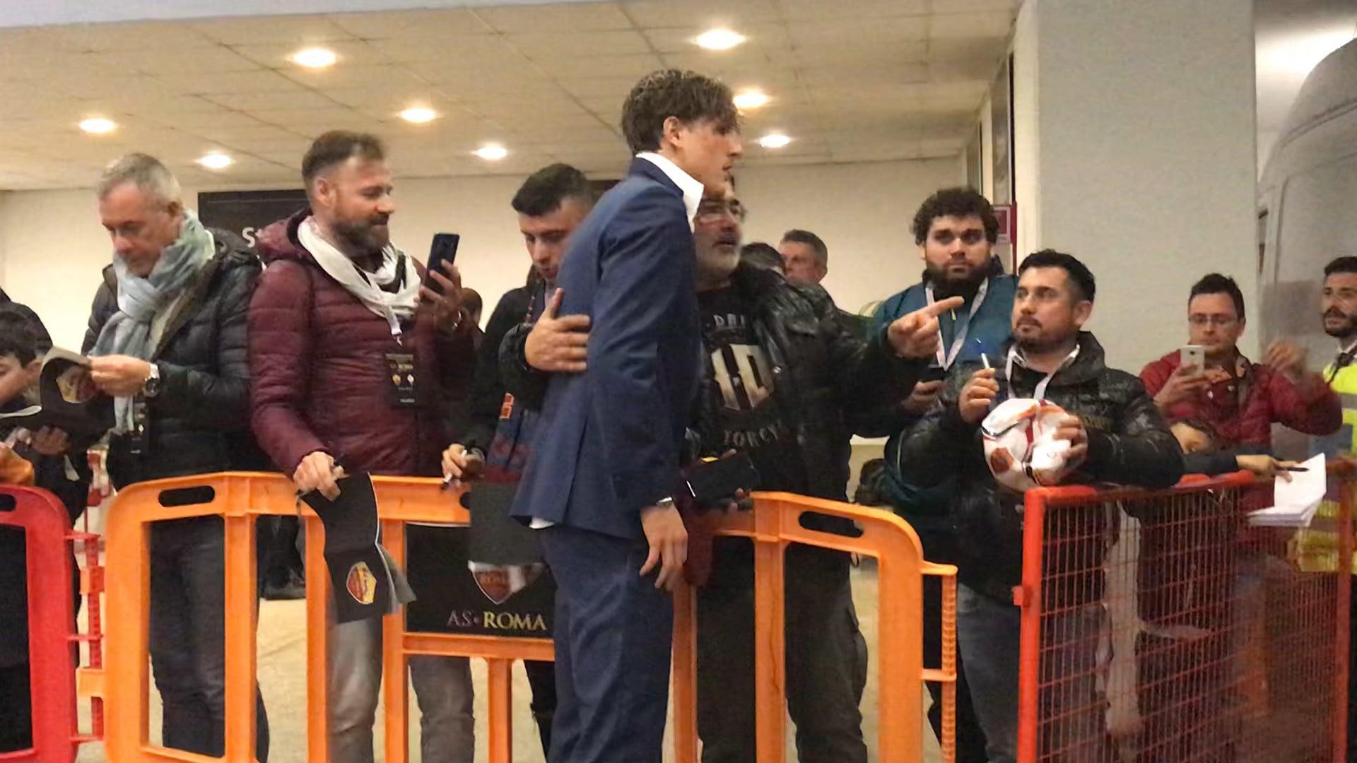 Roma-Fiorentina, quanti autografi per Zaniolo!