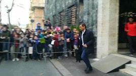 La Roma lascia l'hotel per andare a Marassi: tifosi in delirio