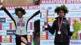 Maratona di Roma, 10mila in corsa sotto la pioggia: vincono Heyi e Alemu