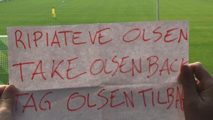 «Riprendetevi Olsen»: in Danimarca il cartellone romanista contro il portiere