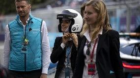 La Raggi in pista con il casco per la Formula E