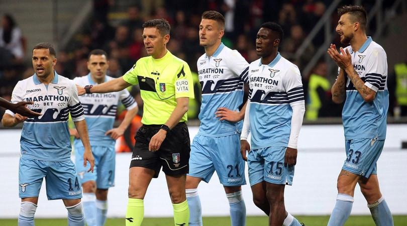 Milan-Lazio, il dubbio nel finale: Rodriguez tocca il pallone, poi colpisce Milinkovic