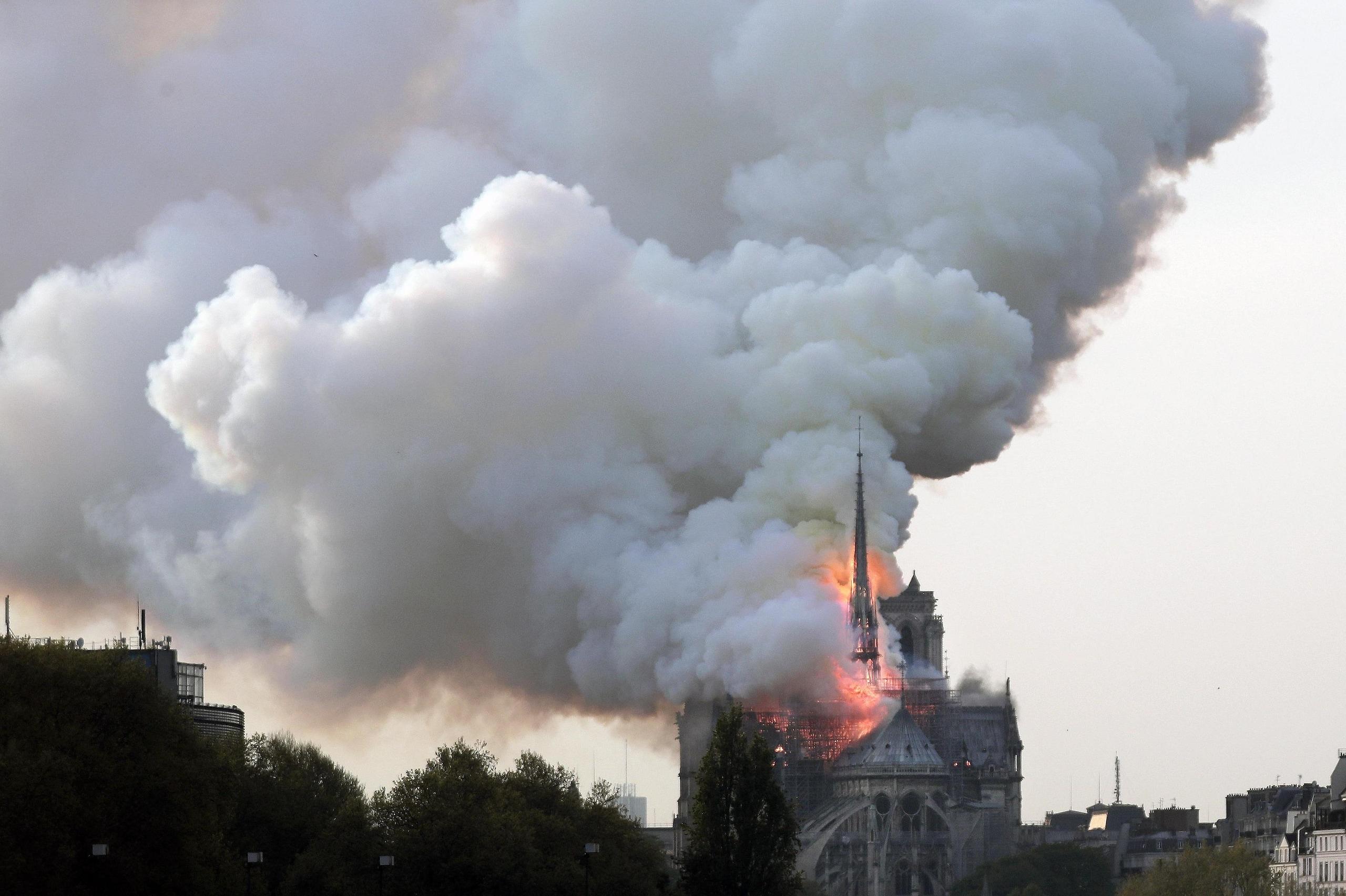 Crollata la guglia di Notre-Dame