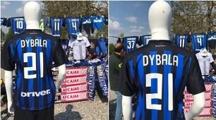 Fuori Appiano Gentile maglia di Dybala nerazzurra e sciarpe di Juve-Ajax