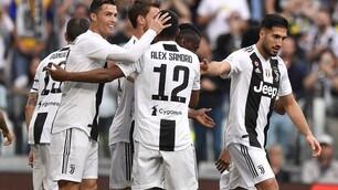 Alex Sandro-gol: ecco l'abbraccio di tutta la Juventus