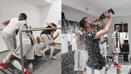La festa continua: Pjanic si attacca alla bottiglia, Allegri si fa il bagno
