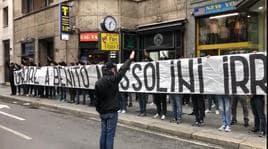 Ultrà della Lazio mostrano uno striscione per Mussolini vicino piazza Loreto