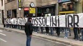 Striscione per Mussolini, cori e saluti romani degli ultrà della Lazio a Milano