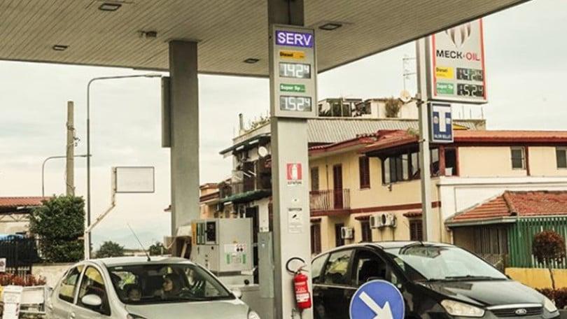 Prezzi benzina, pieno più caro nel Ponte del 25 aprile