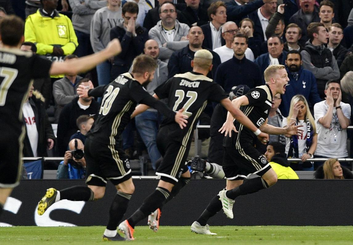 Tottenham, l'orgoglio non basta: Van de Beek lancia l'Ajax
