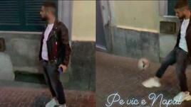Insigne show nei vicoli di Napoli: sorrisi e palleggi con i bimbi