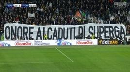 «Onore ai caduti di Superga»: striscione dei tifosi della Juve