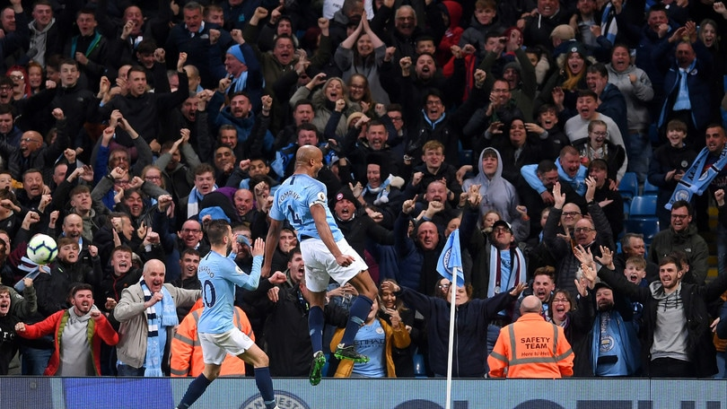 Premier League: Kompany regala al City il sorpasso sul Liverpool. Leicester ko