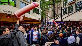 I tifosi del Tottenham invadono Amsterdam con gadget assurdi