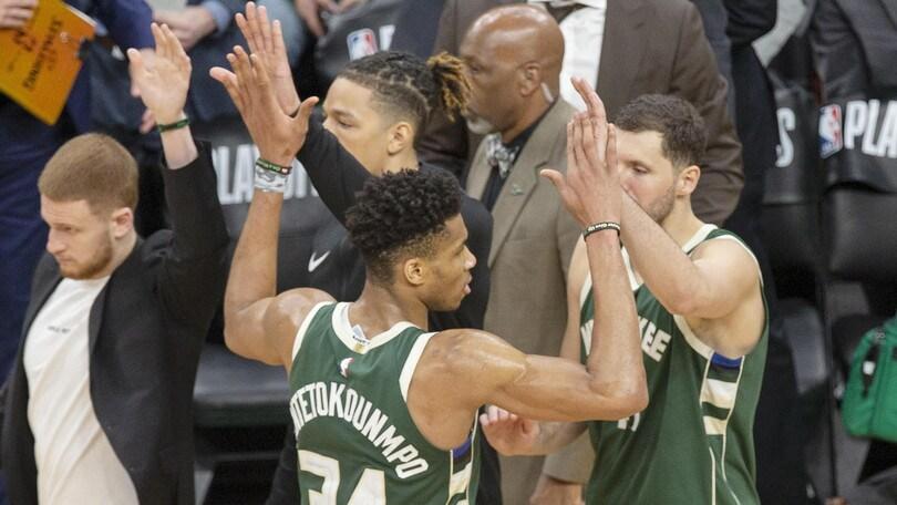 Nba Playoff, Milwaukee elimina Boston. Golden State-Houston 3-2