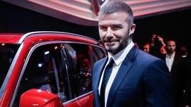 Beckham alla guida con il telefono, patente sospesa